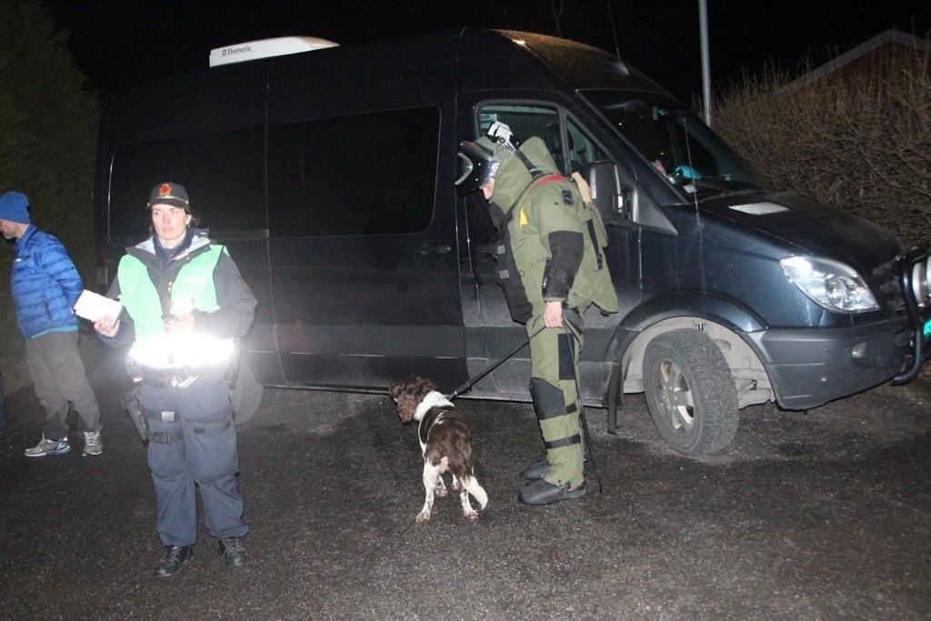 Politiets bombegruppe ankommer Lærdal onsdag kveld. En «udefinert gjenstand» ble funnet tidligere på dagen. Det viste seg at pakken inneholdt eksplosiver.