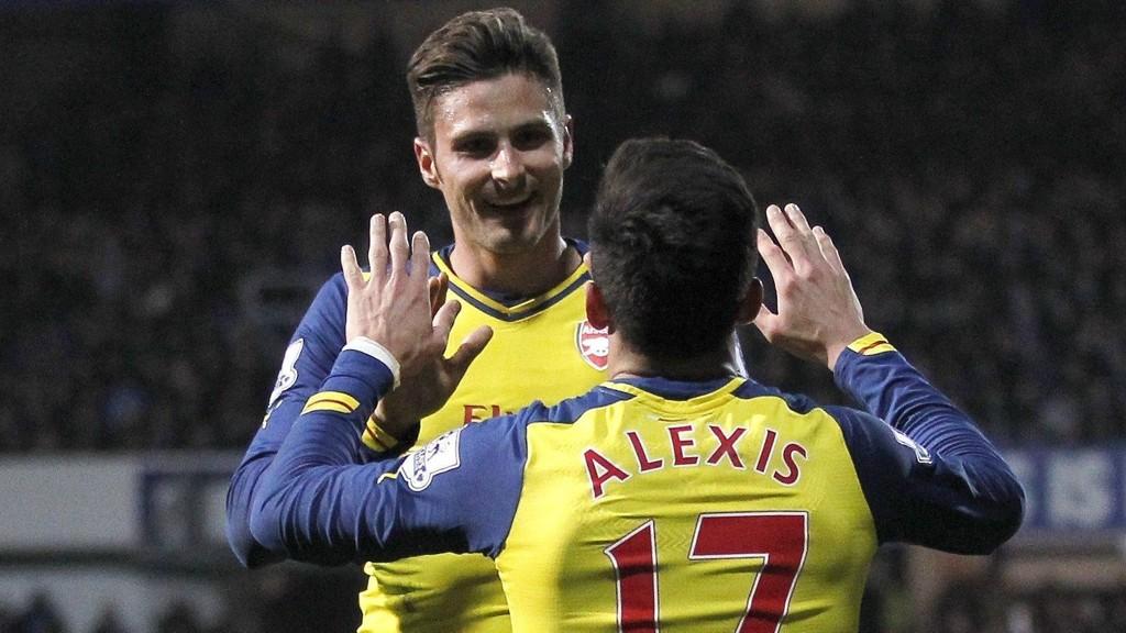 MÅLSCORERE: Arsenals Alexis Sanchez (med ryggen til) og Olivier Giroud satte inn hvert sitt mål mot QPR.