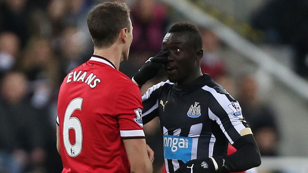 SUSPENDERT: Johnny Evans og Papiss Cissé gikk i tottene på hverandre under kampen mellom Newcastle og Manchester United.