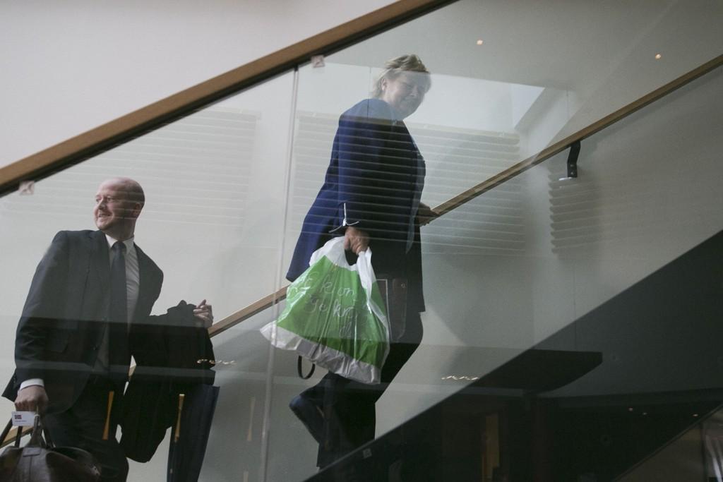 Erna Solberg ankommer sonderingsforhandlingene i 2013 med en bærepose i hånda.