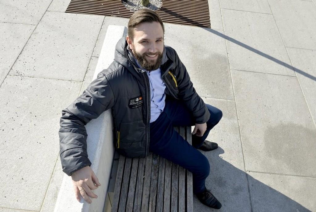 STOLER PÅ BANKEN: – Jeg har ikke tid til å følge med på renta, sier Tomas Løver (29).