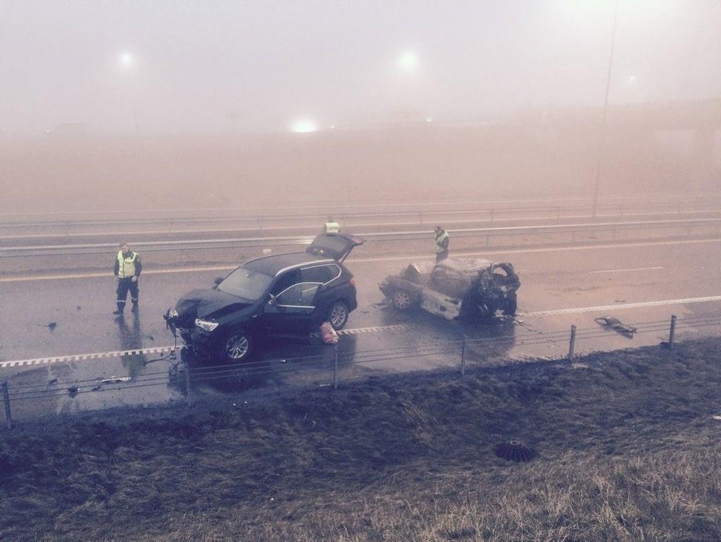 Tre biler med til sammen fire personer var involvert i selve ulykken. To av personene er erklært døde. De to andre skal ikke ha fysiske skader, ifølge politiet.