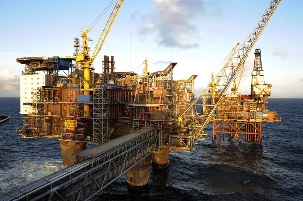 Statistisk sentralbyrå (SSB) spår kraftig nedgang i oljeinvesteringene i år, neste år og i 2018. Ifølge byrået går hver femte oljerelaterte stilling med i dragsuget. Bildet viser Oseberg feltsenter i Nordsjøen.