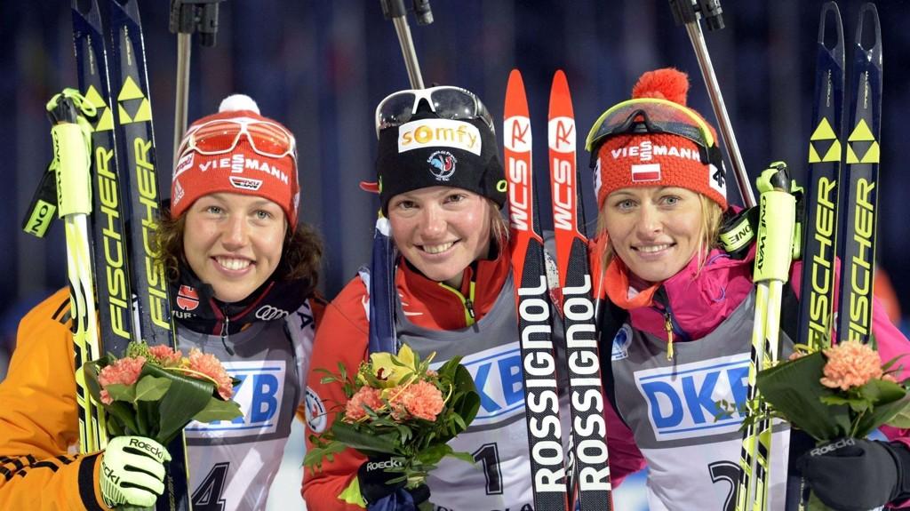 Tyske Laura Dahlmeier (til venstre) tok sølv på jaktstarten søndag. AFP PHOTO / LEHTIKUVA / MARKKU ULANDER FINLAND OUT