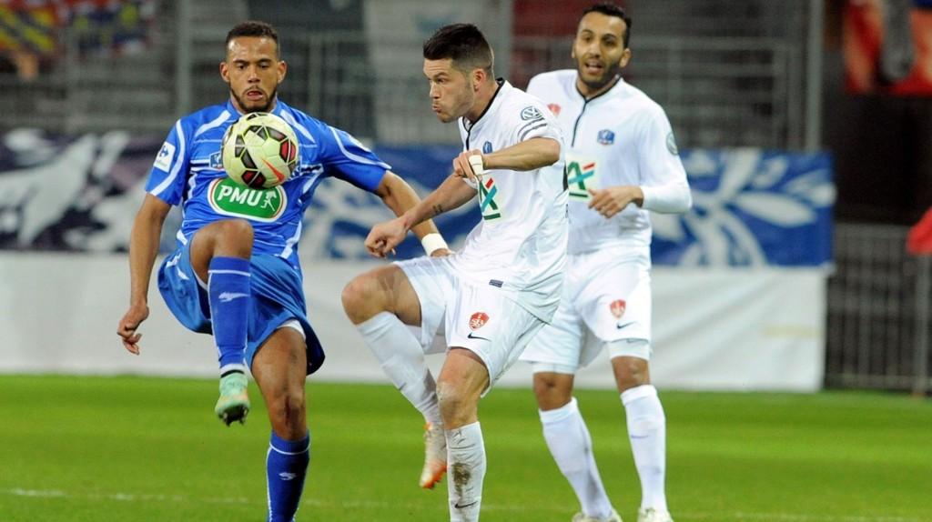 Brests Joahnn Ramare (i midten) i duell med en Auxerre-spillere i en cupkamp tidligere i måneden.