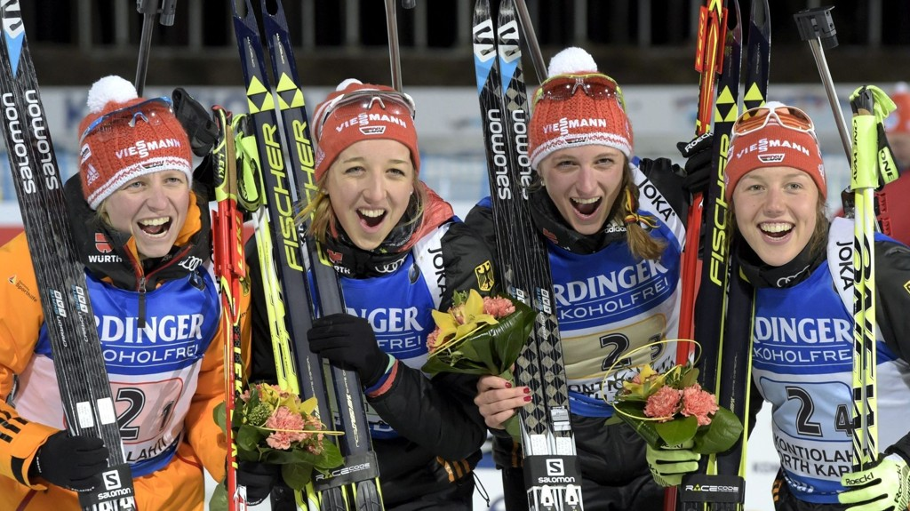 De tyske jentene jubler etter stafettgullet fredag. Ankerkvinne Laura Dahlmeier lengst til høyre.