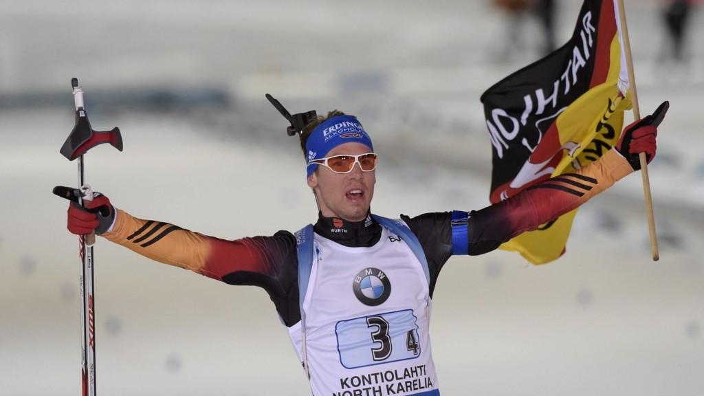 Simon Schempp jubler etter å ha sikret Tyskland stafettgull lørdag.