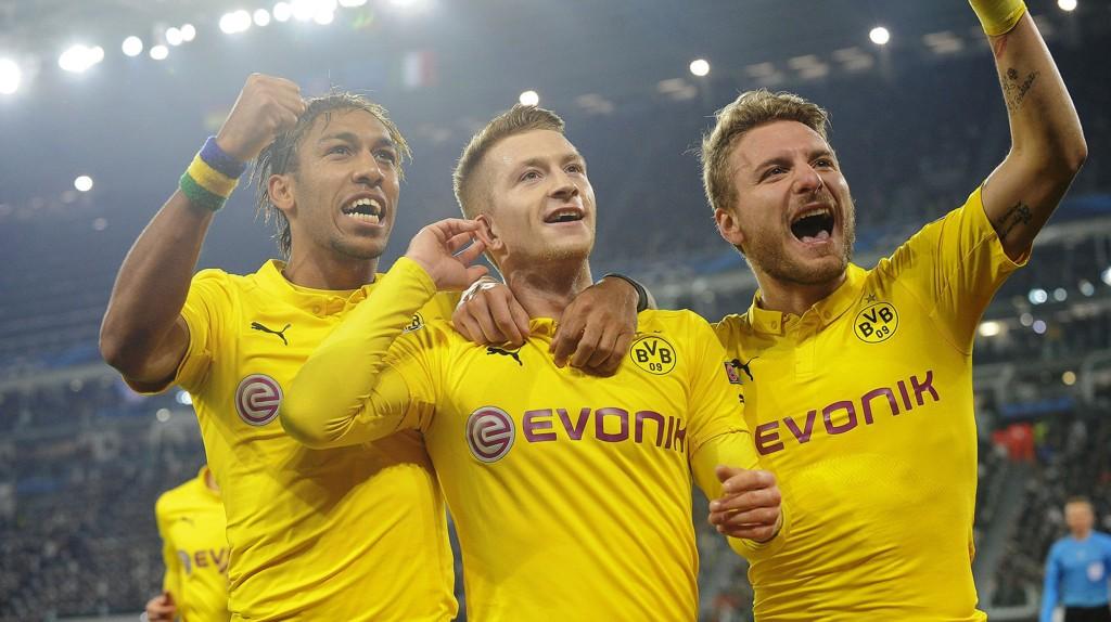 Marco Reus (i midten) feirer den viktige scoringen i bortekampen mot Juventus i det første møtet mellom lagene i åttedelsfinalen i Champions League.