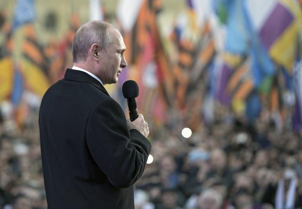 Vladimir Putin talte onsdag til en stor folkemengde i Moskva som feiret annekteringen av Krim-halvøya.
