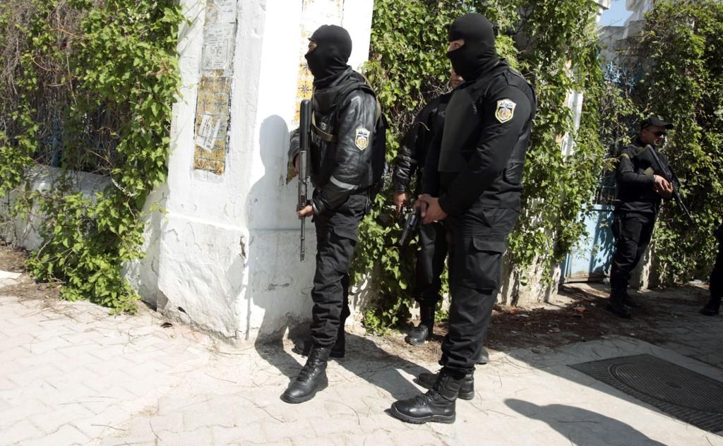 VAKT: Væpnet politi holder vakt ved nasjonalforsamlingen i Tunisia etter onsdagens angrep på nasjonalmuseumet like ved.