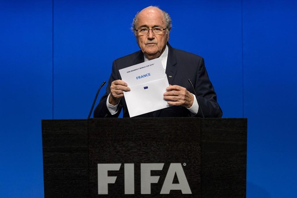President Sepp Blatter og de øvrige sjefene i FIFA har bestemt at VM i Qatar skal spilles i november og desember.