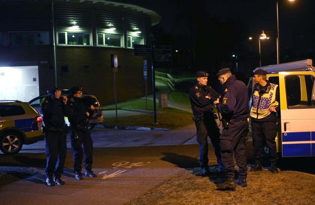 Åtte personer ble brakt til sykehus etter en skudd på Vårväderstorget på Hisingen i Göteborg. Foto: BJÖRN LARSSON ROSVALL / TT / NTB scanpix