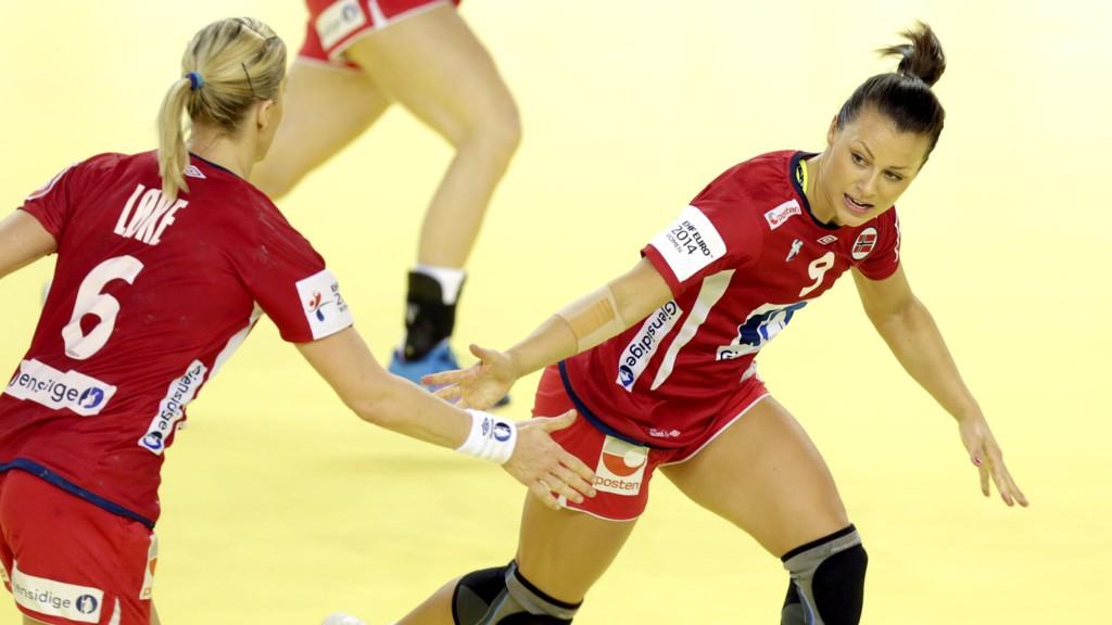 Nora Mørk (t.h.) scoret fire av Norges fem første mål i 26-27-tapet for Polen i Golden League torsdag.