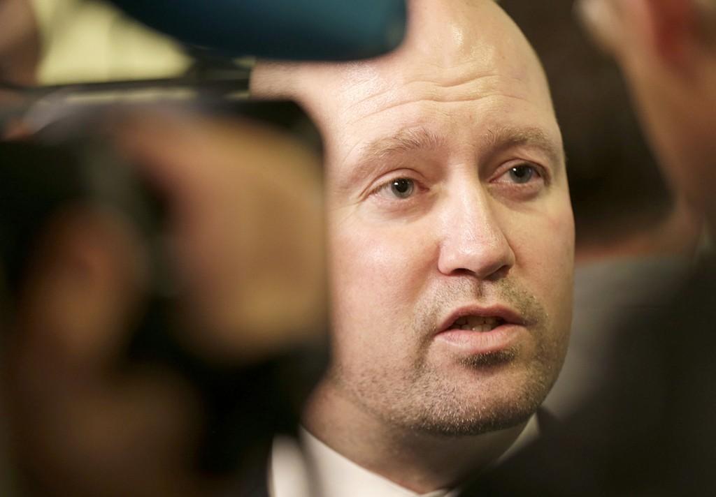 Justis- og beredskapsminister Anders Anundsen (Frp) har lenge vært i hardt vær om asylbarna. Nå venter KrF og Venstre på at regjeringen rydder opp.