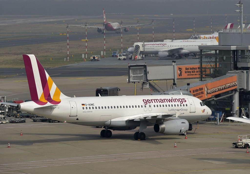 Et Germanwings-fly venter på flyplassen i Dusseldorf tirsdag. Det var et selskapets fly som styrtet i alpene, hvor 150 personer omkom.