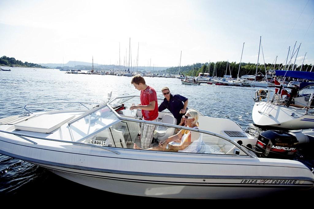 Det blir nå påbudt med redningsvest i båt for både voksne og barn.
