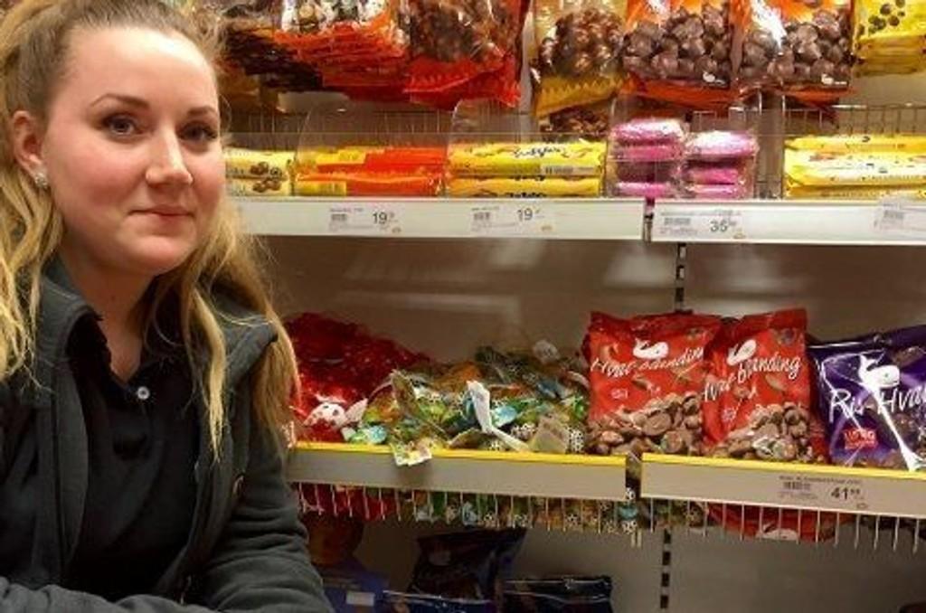 Butikksjef på Nille på Veita i Tromsø, Charlotte Tollefsen, er utsolgt for den mest populære typen av Hval-sjokolade.