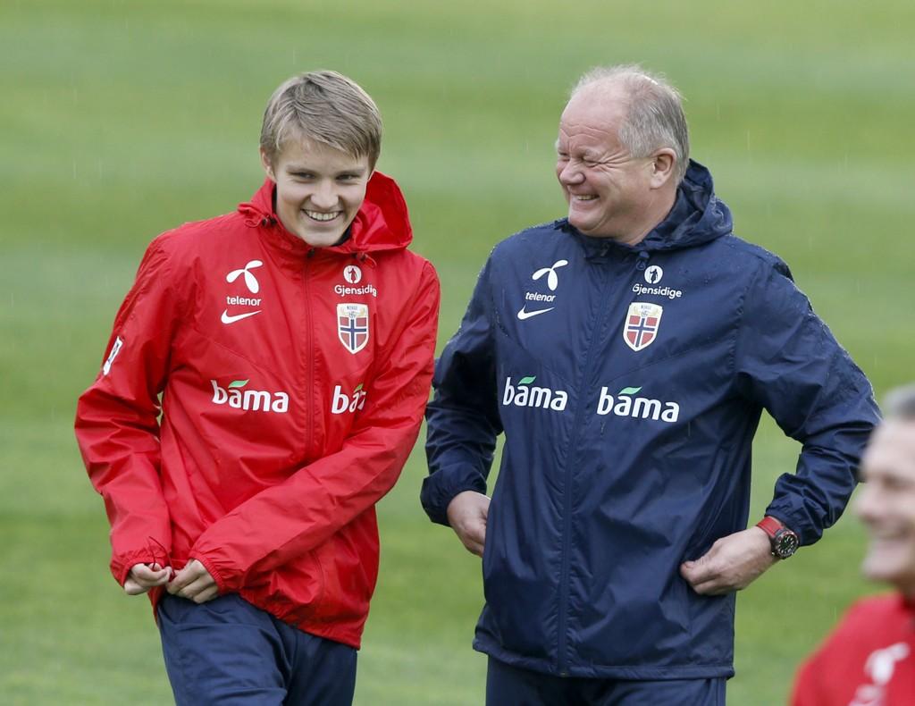 IKKE HELT FORNØYD: Per Mathias Høgmo mener de hjemlige landslagsspillerne kommer for sent i gang med å spille kamper og at de dermed er i dårligere kampform enn utenlandske motstandere. Det problemet har ikke Martin Ødegaard.