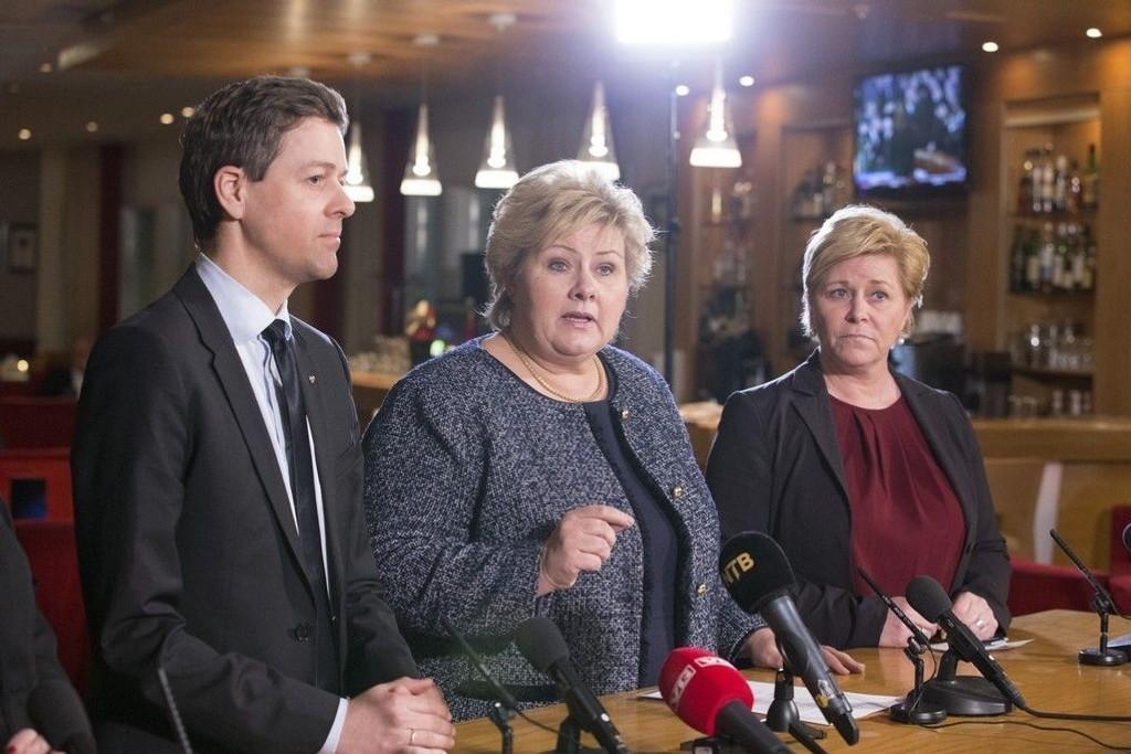 Krfs Knut Arild Hareide (til venstre) og statsminister Erna Solberg (midten). Til høyre Frps Siv Jensen.