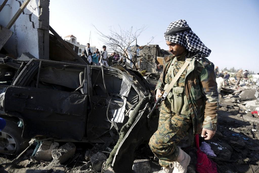 Saudi-Arabia har startet luftangrep mot Houthi-militsen i Jemen, i et forsøk på å hindre dem fra å styrte landets president Abd-Rabbu Mansour Hadi. Her undersøker en Houthi-kriger et utbombet hus nær flyplassen i hovedstaden Sana. Nå skal Den arabiske liga være enige om en felles militær styrke mot militsen. Foto: Khaled Abdullah / Reuters / NTB scanpix