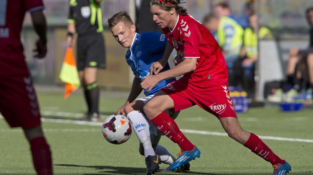 FRA BLÅTT TIL GULT: Ole Martin Rindarøy (blå drakt) lånes ut til start. FOTO: NTB scanpix