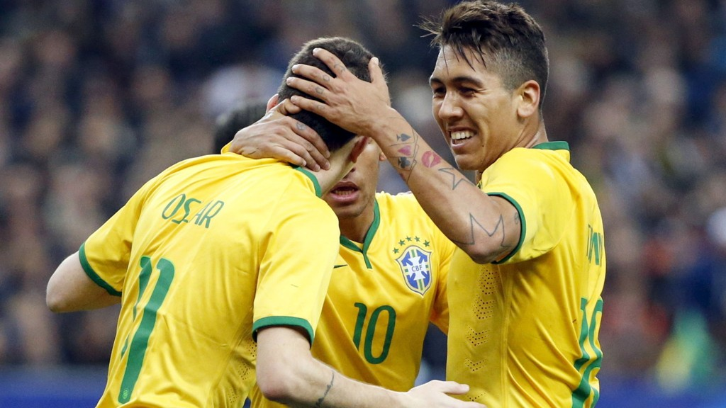 GRATULERER: Oscar blir gratlurt av Firmino og Neymar etter scoringen sin. FOTO: NTB scanpix