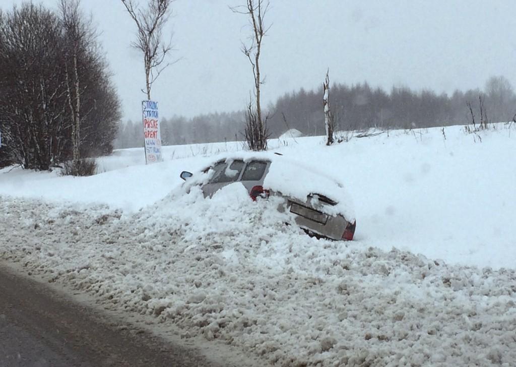 ENDTE I GRØFTA: Det kom inn ekstra mange skademeldinger etter det kraftige snøfallet på Østlandet torsdag forrige uke. Denne bilen kom seg ikke opp av grøfta før brøytebidlen gravde den enda lenger ned i snøen.