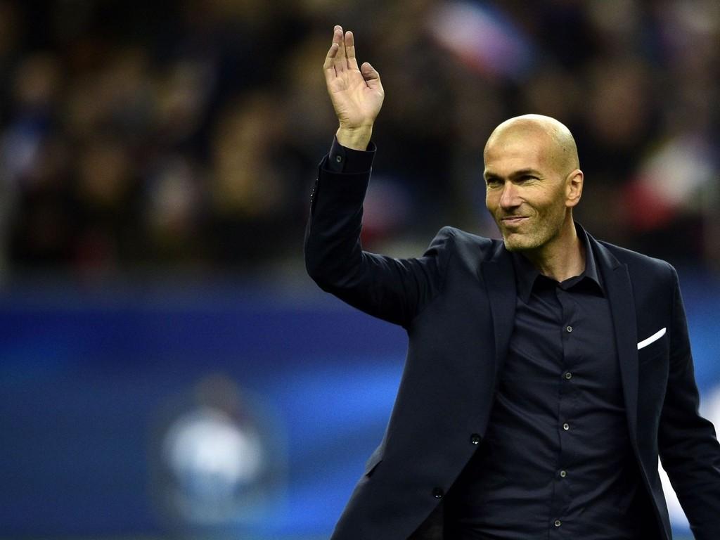 HILSER: Zinedine Zidane er muligens tidenes franske fotballspiller. Nå er han trener for Martin Ødegaard i Real Madrid Castilla, men han vil gjerne til topps i trenerkarrieren også. Her vinker han til publikum da Frankrike møtte Brasil på Stade de France nylig.