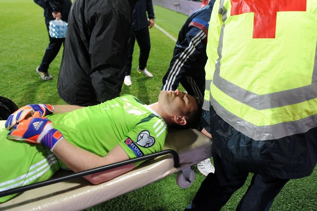 BÆRES UT: Russlands keeper Igor Akinfejev måtte fraktes til sykehus fredag etter å ha blitt truffet av bluss som ble skutt fra tribunen. Epsioden skjedde bare noen få sekunder ut i oppgjøret borte mot Montenegro i EM-kvaliken.