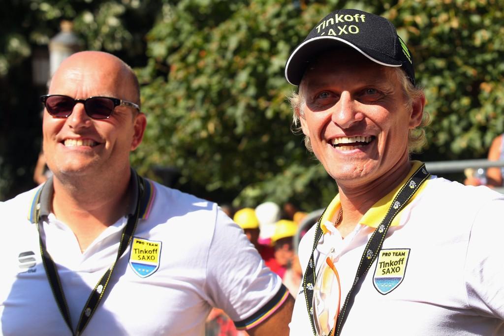 SOL OG GLEDE: Tidligere sportssjef Bjarne Riis (til venstre) og lageier Oleg Tinkov fotografert under Tour de France i fjor. Da var stemningen i storlaget Tinkoff-Saxo en ganske annen.
