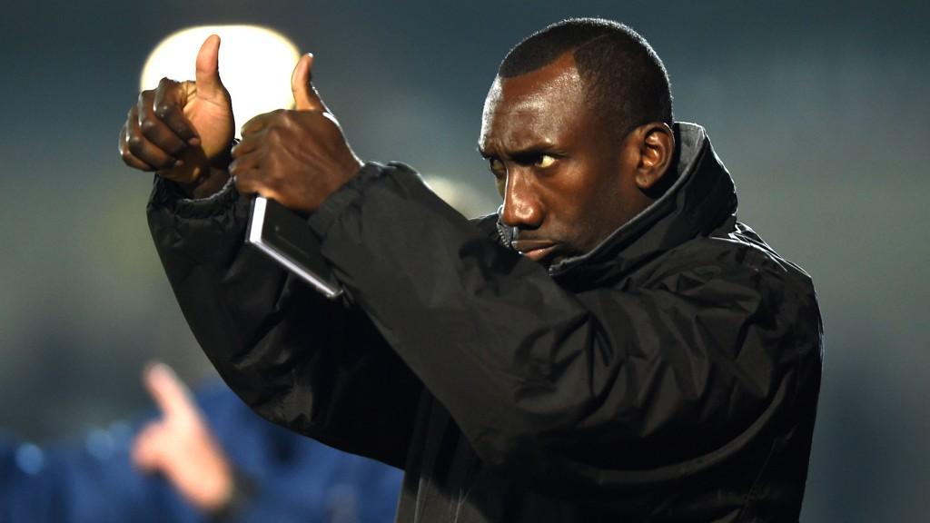 TOMMEL OPP: Manager Jimmy Floyd Hasselbaink har fått skikkelig dreis på Burton Albion.