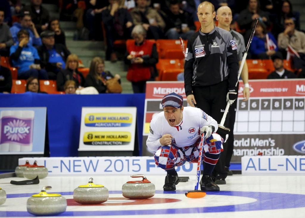 Norges skip Thomas Ulsrud under den overbevisende kampen mot Canada i curling-VM tirsdag kveld.