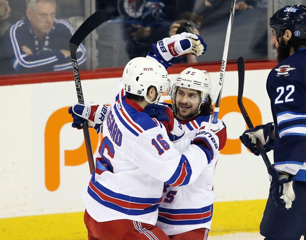 New York Rangers' Mats Zuccarello jubler for sitt og Rangers' første mål i tirsdagens kamp mot Winnipeg Jets.