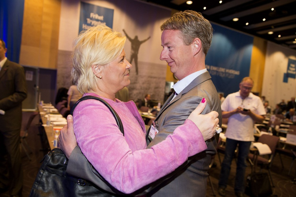 Siv Jensen gratulerte Terje Søviknesda han ble valgt inn i sentralstyret under FrP sitt landsmøte på Gardermoen i fjor.