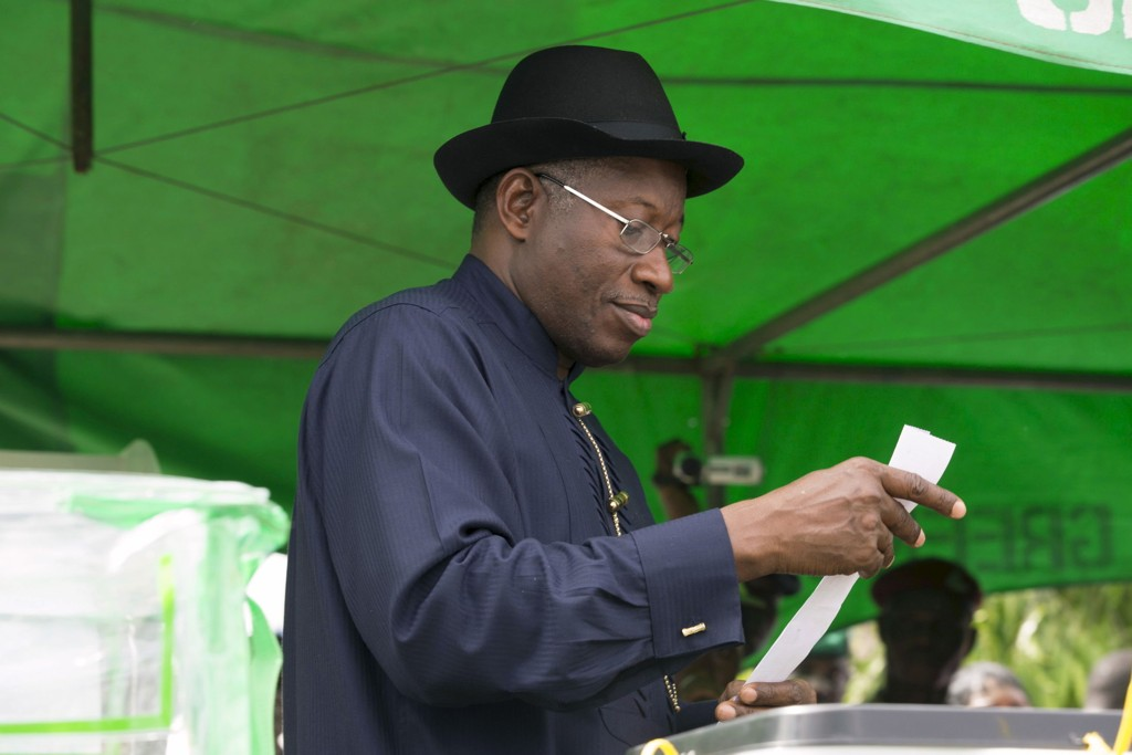 Nigerias president Goodluck Jonathan avlegger stemme ved valget lørdag. Men det hjalp lite siden han tapte og måtte erkjenne nederlag.