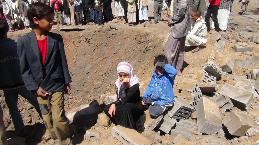 OPPLEVER BOMBEANGREP: Shaimaa og familien måtte rømme fra bombene. Her sitter 11-åringen ved siden av et bombekrater på et bilde som skal være tatt onsdag, mens familien var på vei ut av hovedstaden Sanaa.