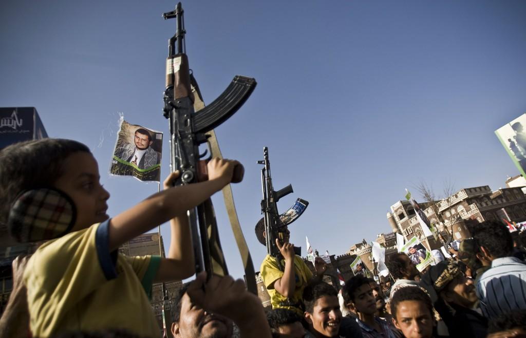 PÅ OFFENSIVEN: Houthi-militsen i Jemen har sammen med allierte i hæren rykket inn i sentrum av havnebyen Aden. Saudi-Arabia har ikke greid å stanse framrykkingen. På dette bildet tatt i Sanaa onsdag protesterer Houthi-tilhengere mot luftangrepene.