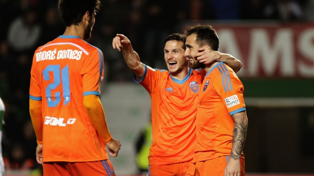 MYE JUBEL: Seks seire de siste syv er en solid formkurve for Valencia. Her er Pablo Piatti sammen med Paco Alcacer under seieren mot Elche.