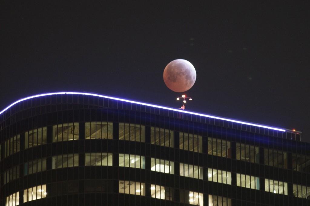 LOS ANGELES: Like før soloppgang var dette synet som møtte innbyggerne i LA om de vendte blikket oppover mot månen. Måneformørkelsen varte ikke i mer enn fem minutter.