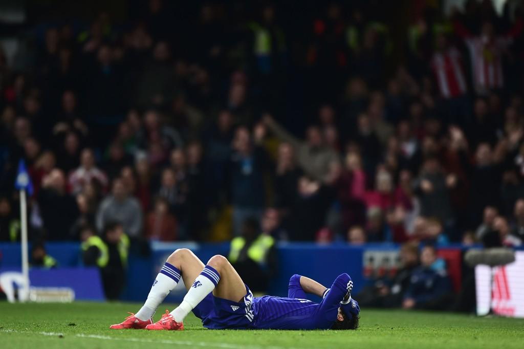 UT MED SKADE: Diego Costa måtte forlate banen i kampen mot Stoke på lørdag etter bare ti minutter med strekkskade.