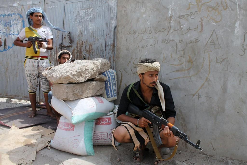 ADEN: Separatister holder vakt ved innkjøringen til Aden lørdag. Havnebyen er en siste skanse for tilhengerne av den president Abeddrabbo Mansour Hadi, som nå har søkt tilflukt i Saudi-Arabia.