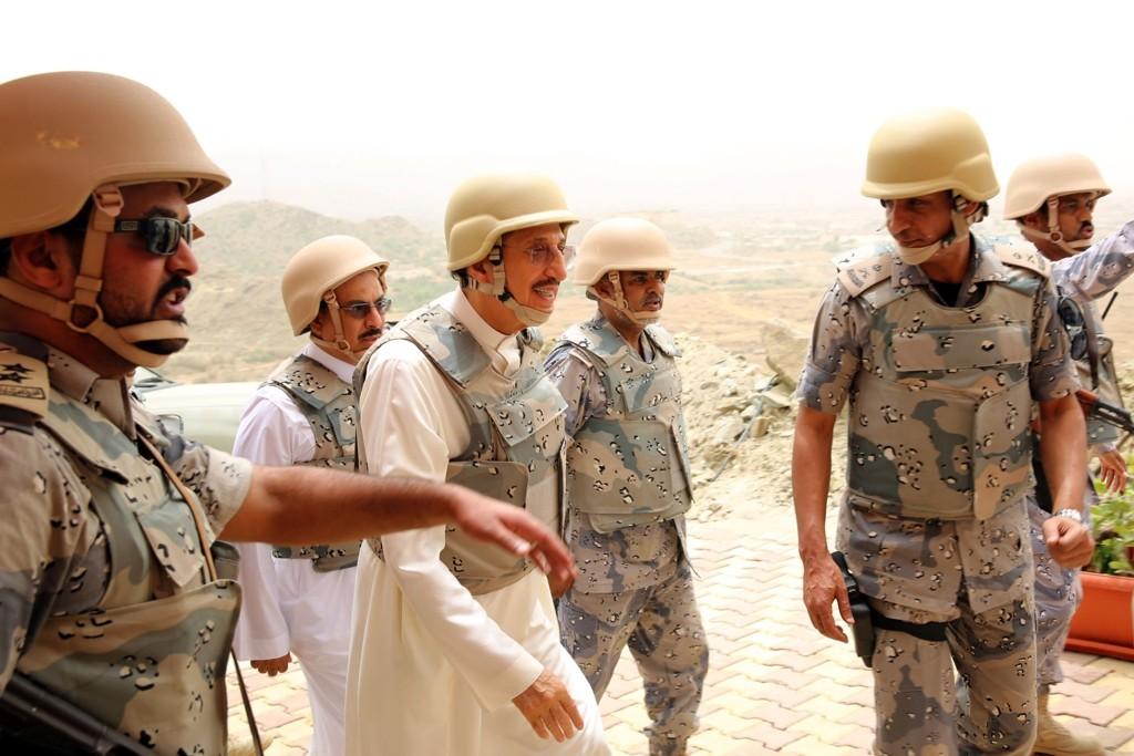 PÅ BEFARING: Prins Mohammed Bin Nasser Bin Abdulaziz Al-Saud, emir i Jizan-provinsen, ankommer grensen mellom Saudi Arabia og Jemen for en befaring søndag.