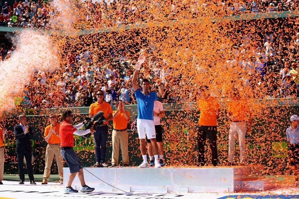 TIL TOPPS: Novak Djokovic kunne feire seieren etter å ha slått Andy Murray i finalen i Key Biscayne utenfor Miami.