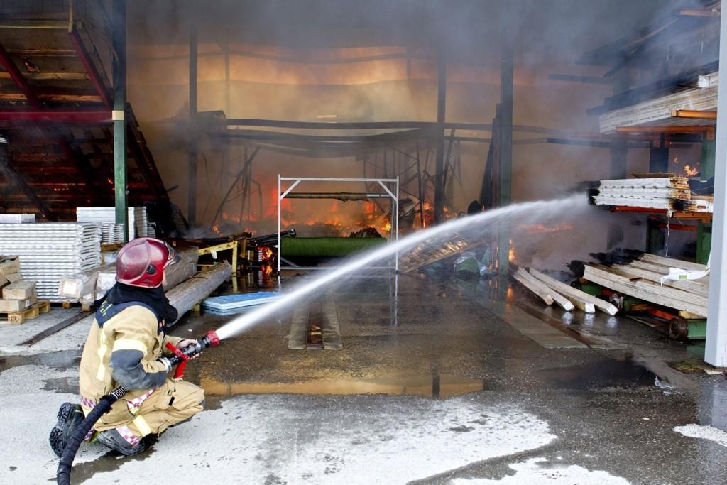 Millionverdier gikk tapt da materiallageret til Maxbo Løvenskiold brant ned i formiddag. Brannvesenet lar nå hele lageret brenne ned under full kontroll.