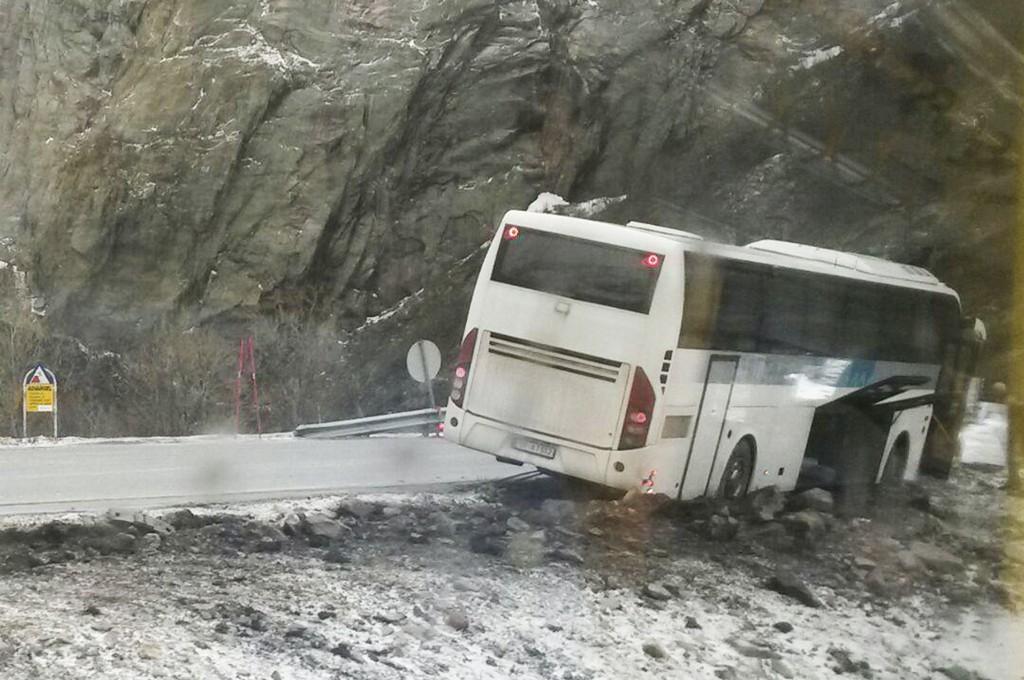 BLÅSTE AV VEIEN: Roger Stenersen i Nordlandsbuss sier de nå vil vurdere om det er forsvarlig å kjøre denne strekningen når det er så mye vind i området.