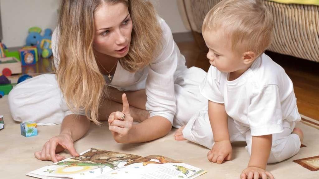 LES BØKER: Begynn gjerne tidlig med å lese bøker og se på bilder. Benevn det dere ser og etter hvert kan dere prøve å gjenfortelle litt av historien.