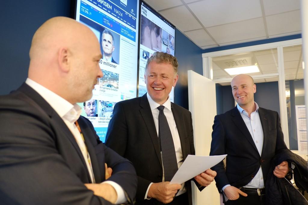 NYE LOKALER: Kringkastingssjef Thor Gjermund Eriksen (t.v) gratulerer Nettavisens sjefredaktør Gunnar Stavrum med nye lokaler i Akersgata.
