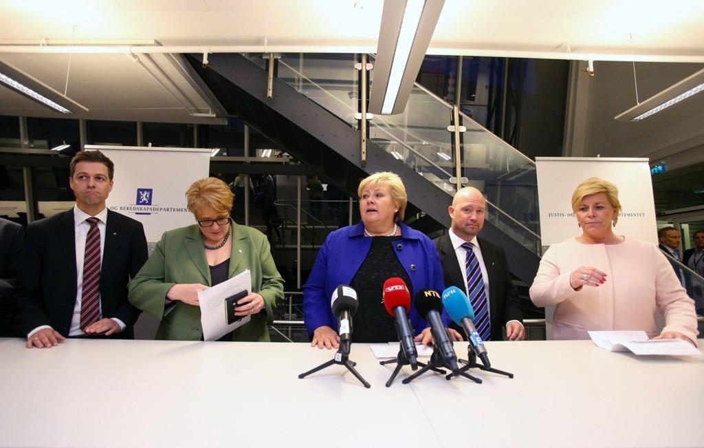 Statsminister og partileder i Høyre, Erna Solberg, justisminister Anders Anundsen (Frp), partileder i Frp ,Siv Jensen, partileder i Venstre Trine Skei Grande og partileder i KrF Knut Arild Hareide holder pressekonferanse på Justis- og beredskapsdepartementet i Oslo onsdag kveld.