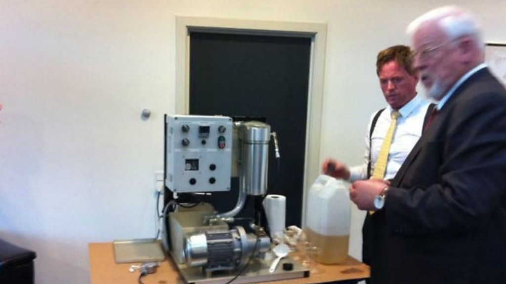 Leiv Are Kristiansen og Jon Ingolf Kristiansen ved en av maskinene til Johnsen Oil.