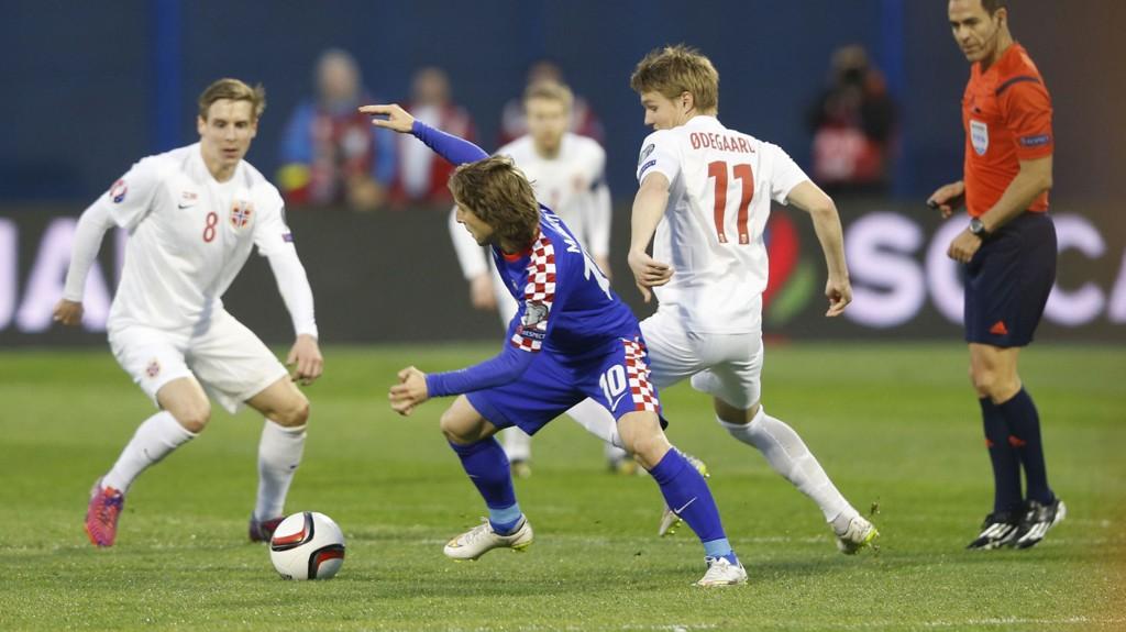 Kroatia må spille sin neste kamp i EM-kvalifiseringen for tomme tribuner som følge av supporternes oppførsel i kampen mot Norge 28. mars.